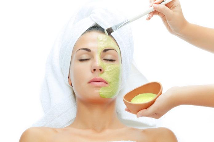 Come curare in modo naturale la pelle del viso