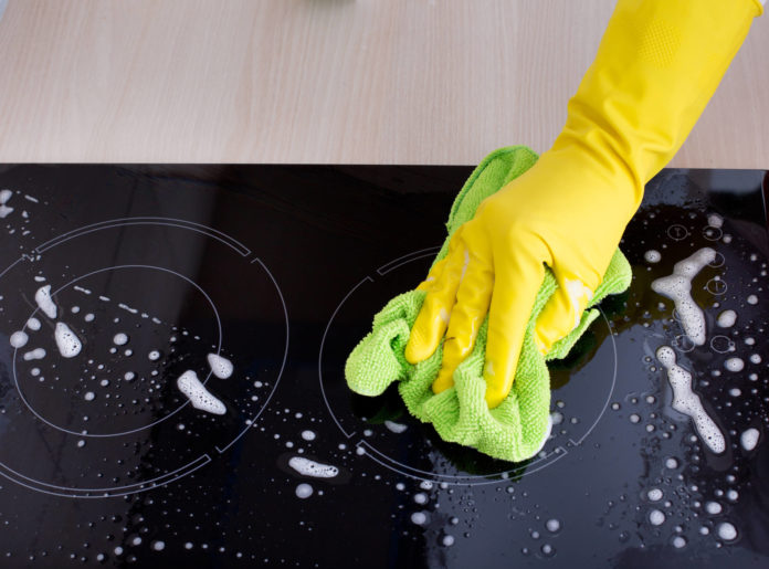 Piano di cottura a induzione, come si pulisce per evitare aloni, macchie e graffi