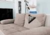 Come pulire il divano in modo efficiente in base al rivestimento
