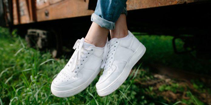 Come pulire e lavare le scarpe bianche: consigli per lavatrice e lavaggio a mano