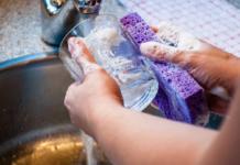 Come fare in casa detersivo per piatti da usare nel lavaggio a mano