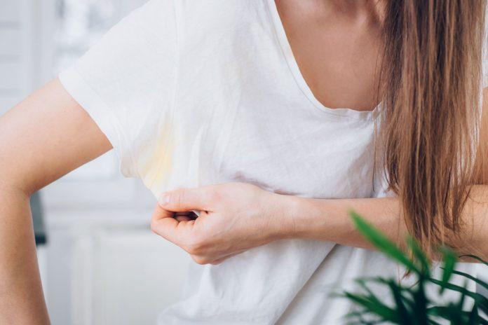 Come eliminare le macchie di sudore dai vestiti bianchi e colorati