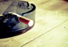 Come eliminare l'odore di fumo in casa e dai vestiti con rimedi naturali