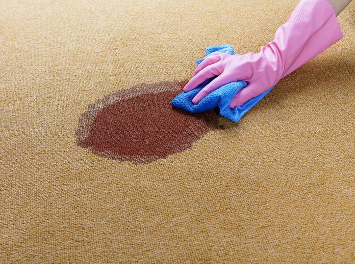 Come pulire ed eliminare macchie dalla moquette con rimedi naturali