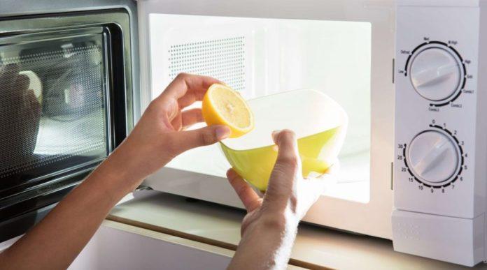 Come pulire il Microonde internamente ed esternamente con rimedi e prodotti naturali