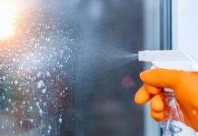 Come fare in casa prodotto efficace per la pulizia dei vetri
