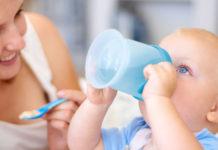 Acqua ai bambini durante lo svezzamento: quanta acqua, quale dare e come scegliere la tazza idonea