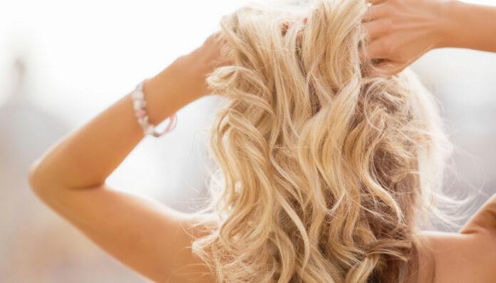 Beach waves: che cos'è e come ottenere capelli mossi con piastra e senza